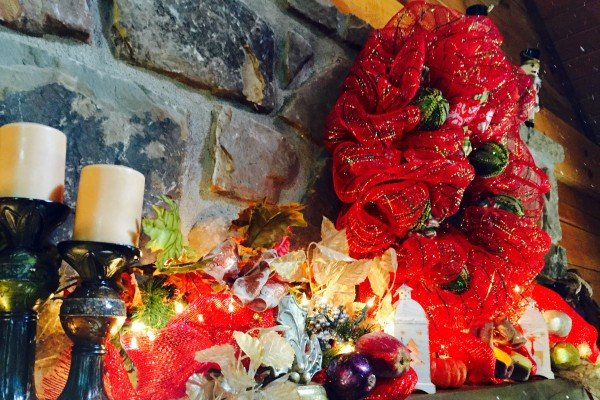 fireplace mantel christmas decor at pigeon forge pleasures a 3 bedroom cabin rental located in pigeon forge