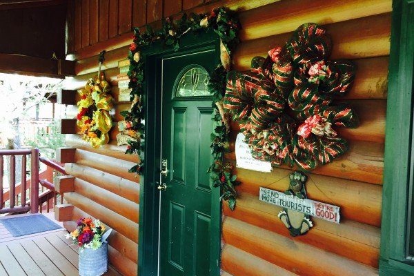 front door christmas decor at pigeon forge pleasures a 3 bedroom cabin rental located in pigeon forge