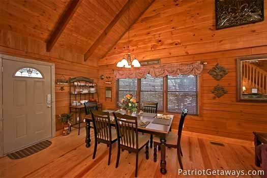 dining room table at pigeon forge pleasures a 3 bedroom cabin rental located in pigeon forge