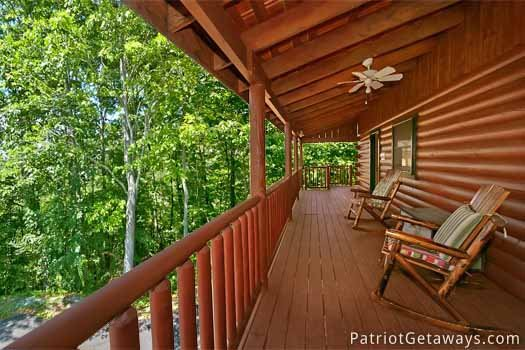 front porch with rocking chairs at pigeon forge pleasures a 3 bedroom cabin rental located in pigeon forge