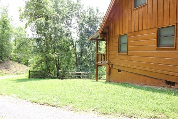 side view of the exterior of baby bear a 2 bedroom cabin rental located in pigeon forge