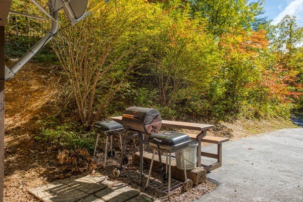 Charcoal grills off the patio at Pine Splendor, a 5 bedroom cabin rental located in Pigeon Forge