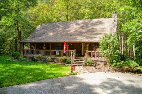 Level parking and front entry at Stream On! A 2 bedroom cabin rental located in Pigeon Forge