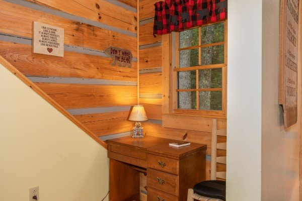 Writing desk at Stream On! A 2 bedroom cabin rental located in Pigeon Forge