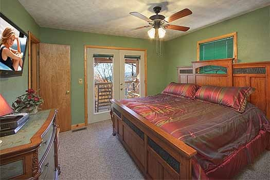 king sized bedroom at a finders keepers a 3 bedroom cabin rental located in pigeon forge