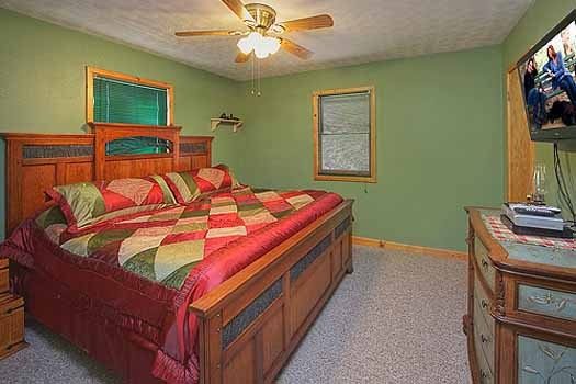 bedroom with king sized bed at a finders keepers a 3 bedroom cabin rental located in pigeon forge