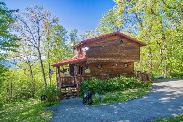 Exterior entryway and parking at Friends in High Places, a 4-bedroom cabin rental located in Pigeon Forge