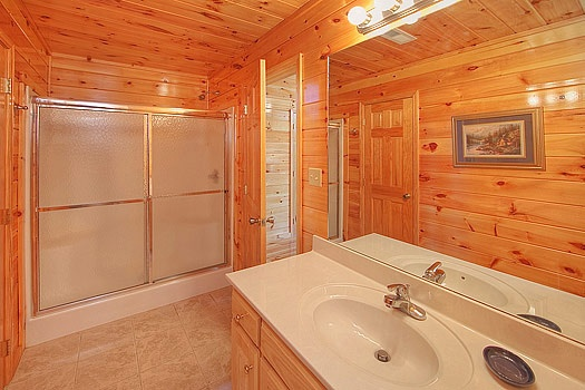 ensuite on third floor with shower at hickernut lodge a 5 bedroom cabin rental located in pigeon forge