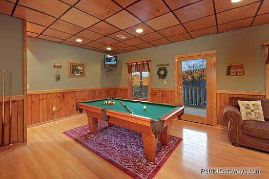 game room with pool table at scenic mountain view a 1 bedroom cabin rental located in pigeon forge