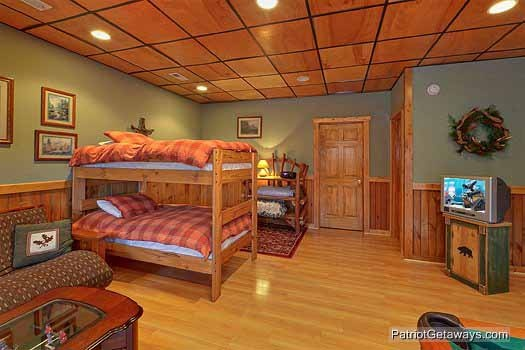 lower level twin bunk beds at scenic mountain view a 1 bedroom cabin rental located in pigeon forge