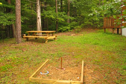 side yard horse shoes at splendid isolation a 1 bedroom cabin rental located in pigeon forge