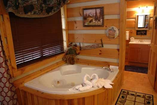 jacuzzi tub at a point of view a 1 bedroom cabin rental located in pigeon forge