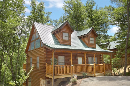 Three floored log home called Country Bear's Getaway, a 3-bedroom cabin rental located in Gatlinburg