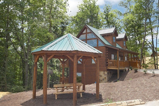 gazebo with picnic table at bear's winter hideaway a 3 bedroom cabin rental located in gatlinburg