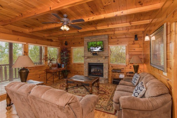 Living room with a fireplace and TV at Howlin' in the Smokies, a 2 bedroom cabin rental located in Pigeon Forge