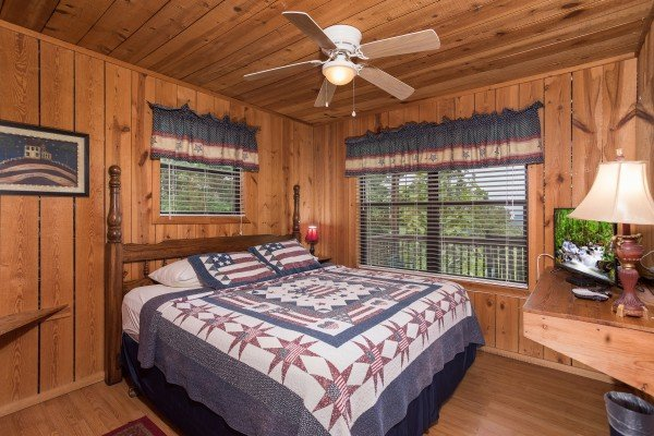 bedroom with americana decor at america's view a 2 bedroom cabin rental located in pigeon forge