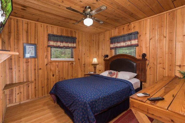 second bedroom with queen bed at america's view a 2 bedroom cabin rental located in pigeon forge