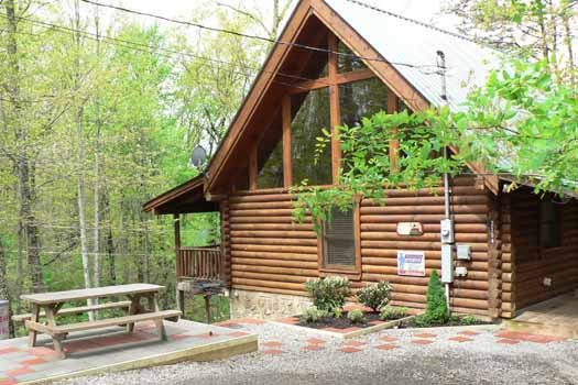 picnic table at a lover's secret a 1 bedroom cabin rental located in gatlinburg