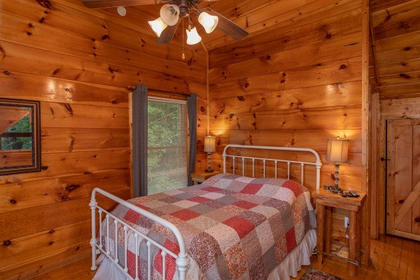 Queen bed in a bedroom at Mountain Life, a 1 bedroom cabin rental located in Pigeon Forge