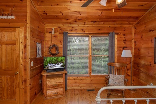 Bedroom with a TV at Mountain Life, a 1 bedroom cabin rental located in Pigeon Forge