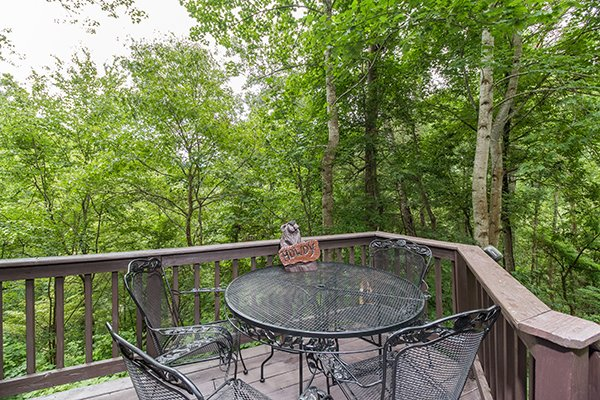 outdoor dining space for four at a little slice of heaven a 1 bedroom cabin rental located in pigeon forge