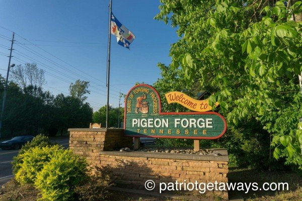 welcome to pigeon forge sign near another day in bearadise a 2 bedroom cabin rental located in pigeon forge