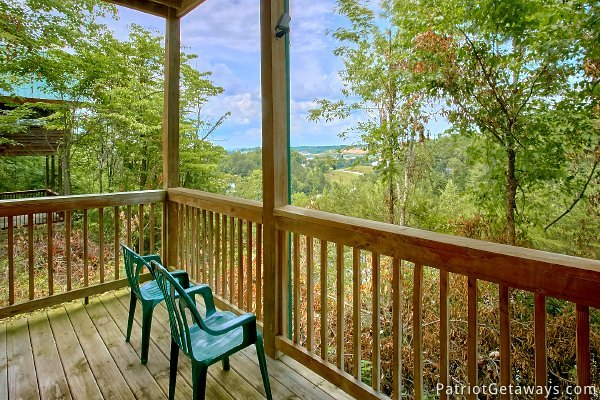 chairs on the deck at another day in bearadise a 2 bedroom cabin rental located in pigeon forge