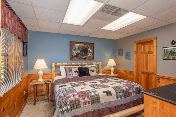 downstairs bedroom at another day in bearadise a 2 bedroom cabin rental located in pigeon forge