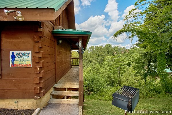 couple of steps up to the entrance at another day in bearadise a 2 bedroom cabin rental located in pigeon forge