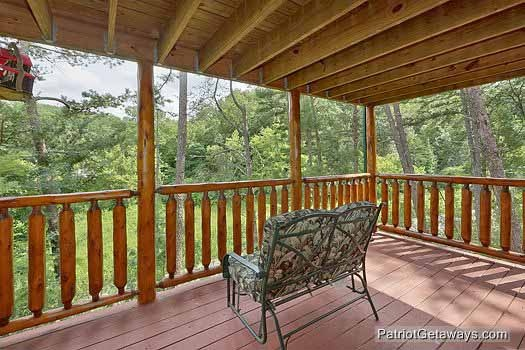 first floor deck with bench at wilderness lodge a 3 bedroom cabin rental located in pigeon forge