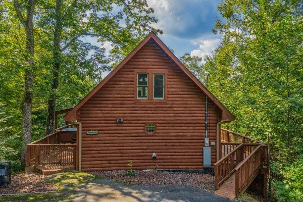 Flat parking and ramp entrance to Hidden Ecstasy, a 1-bedroom cabin rental located in Pigeon Forge