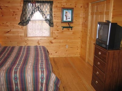 bedroom with chest of drawers and tv at dream catcher a 1 bedroom cabin rental located in pigeon forge