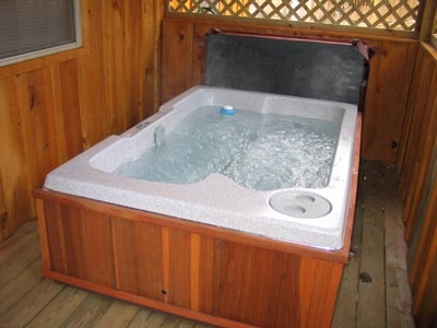 hot tub on deck with privacy at dream catcher a 1 bedroom cabin rental located in pigeon forge