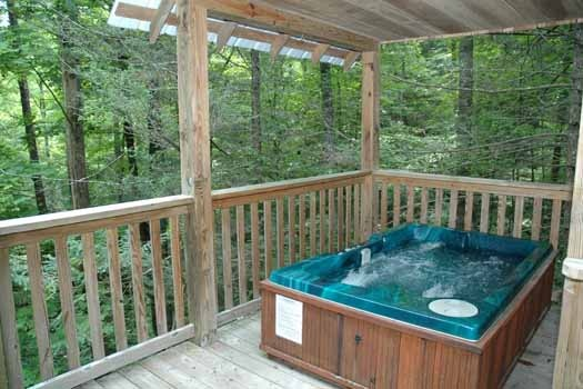 outdoor hot tube at a great escape a 1 bedroom cabin rental located in pigeon forge