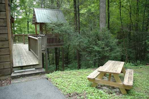 picnic table at a great escape a 1 bedroom cabin rental located in pigeon forge