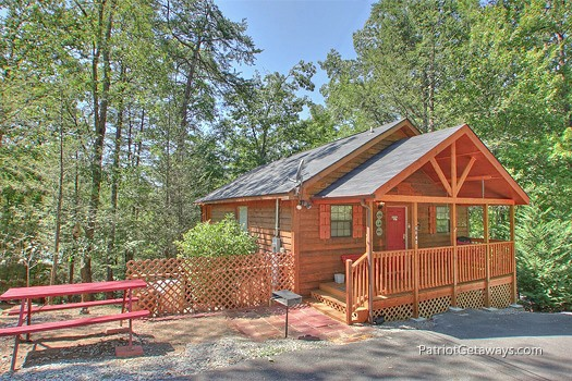 exterior front entrance at mountain manor a 1 bedroom cabin rental located in gatlinburg