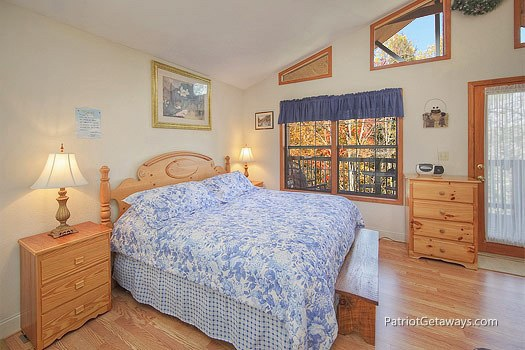 king bed at mountain manor a 1 bedroom cabin rental located in gatlinburg