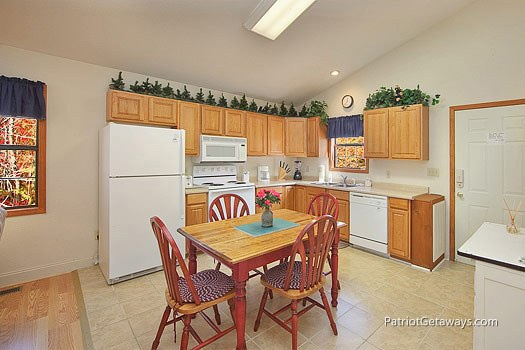 kitchen and dining area at mountain manor a 1 bedroom cabin rental located in gatlinburg