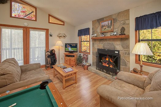living room with fireplace at mountain manor a 1 bedroom cabin rental located in gatlinburg