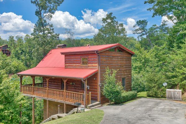Exterior and parking at Dancin Bear Hideaway, a 2-bedroom cabin rental located in Pigeon Forge