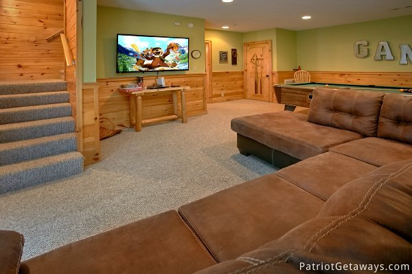 Game room living area on the main level at Alpine Sundance Trail, a 3 bedroom cabin rental located in Pigeon Forge