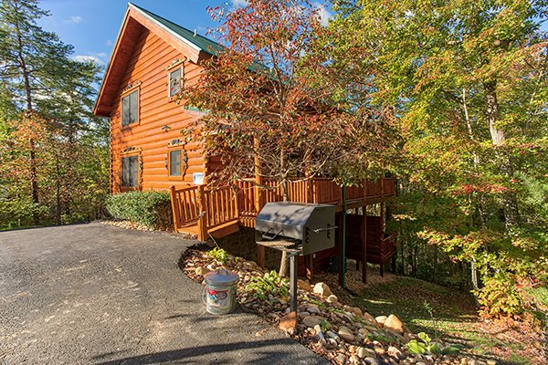 Parking area and grill at Bearfoot Paradise, a 3-bedroom cabin rental located in Pigeon Forge