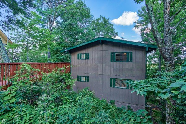 Side view of Bushwood Lodge, a 3-bedroom cabin rental located in Gatlinburg