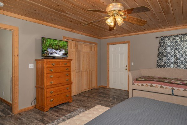 Dresser and TV in a bedroom at Bearadise 4 Us, a 3 bedroom cabin rental located in Pigeon Forge