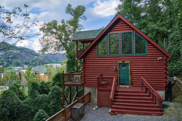 Entry from the parking area at Shiloh, a 3 bedroom cabin rental located in Gatlinburg