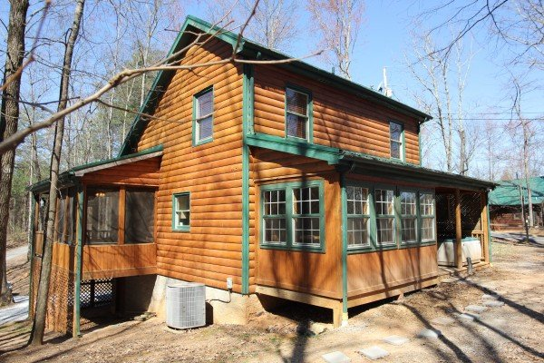 Side exterior view of Lucky Logs, a 3 bedroom cabin rental located in Gatlinburg