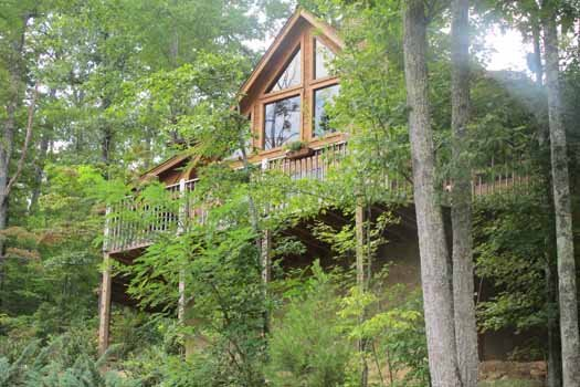 looking up at deck of alpine romance a 2 bedroom cabin rental located in pigeon forge