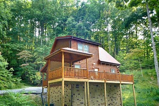 view of deck on back of log cabin named brownie bear a 1 bedroom cabin rental located in gatlinburg