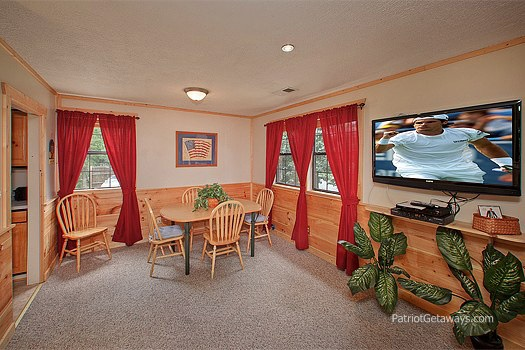 dining room area at patriot pointe a 5 bedroom cabin rental located in pigeon forge