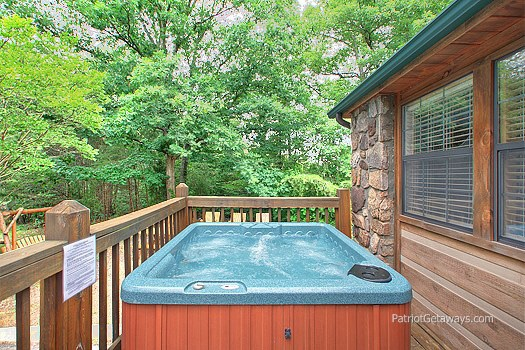 deck with hot tub at patriot pointe a 5 bedroom cabin rental located in pigeon forge
